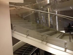 Glass_railing_staircase_closeup